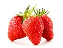 färska organiska jordgubbar isolerad på vit bakgrund foto