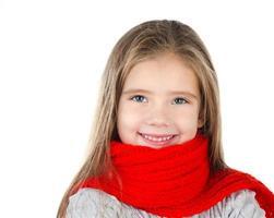 bedårande leende liten flicka i röd halsduk foto