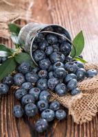 några blåbär i en liten hink foto