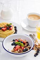 frukostskål med hemlagad granola foto