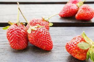 jordgubbar på träbord foto