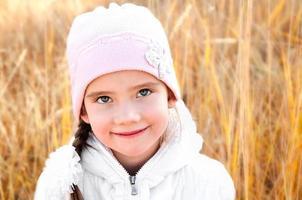 höst porträtt av bedårande liten flicka foto