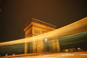 upplyst triumfbåge i Paris stad foto