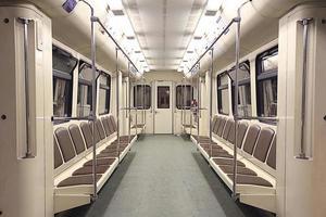 tåg inuti den tomma bilen foto