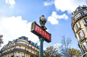 vacker tunnelbanestation i Paris foto