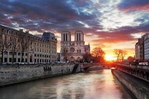 Notre Dame domkyrka vid soluppgången i Paris, Frankrike