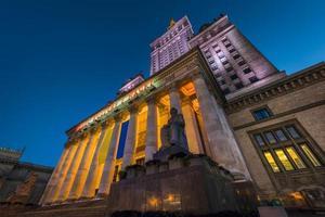 kulturpalats i Warszawatt på nattetid foto