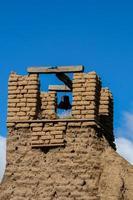 gamla klocktorn från San Geronimo kapell i Taos Pueblo, USA foto