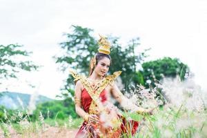 kvinna som bär typisk thailändsk klänning med thailändsk stil foto