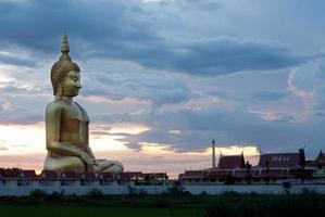 utomhus av berömda stora sittande buddha i thailändska tempel.