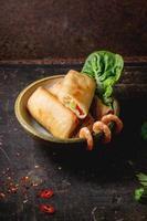 vårrullar med grönsaker och räkor foto