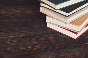 böcker på trä skrivbord. foto