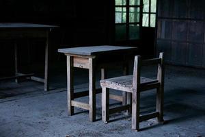 trä övergivna skolan foto
