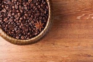 rostade kaffebönor i en bambukorg foto
