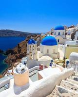 blå kupolkyrkor oia santorini foto