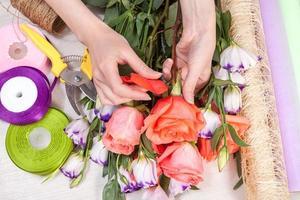 blomsterhandlare på jobbet med blommor foto