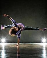 ung kvinna dansare foto
