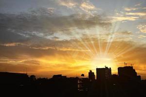 bakgrund av stadens silhuett med dramatisk kontrastisk himmel foto