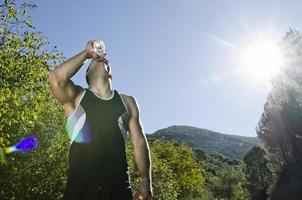 idrottsman dricksvatten med solros foto