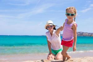 ung mamma och hennes bedårande lilla dotter njuter av sommarlovet foto