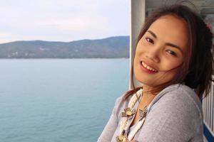 ung vacker asiatisk flicka romantisk tonårsmodell njuta av tra foto