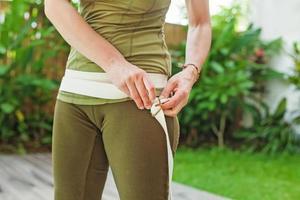 kvinnors kropp i sportkläder i en trädgård foto