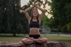 atletisk kvinna i en konstnärlig pose foto