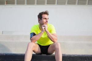 nöjde sin träningsidrottare åtnjuter vila utomhus på sommardag foto