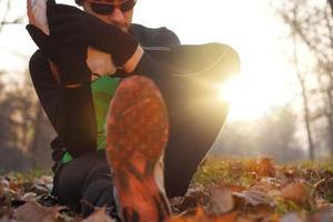 sträcker sig efter jogging foto