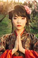 vacker asiatisk kvinna i sakura blossom foto