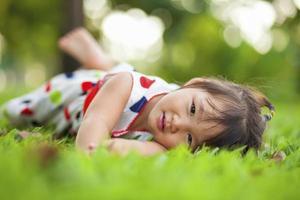 barn avkopplande i parken. foto