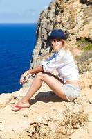 flicka avkopplande på toppen av berget, Grekland