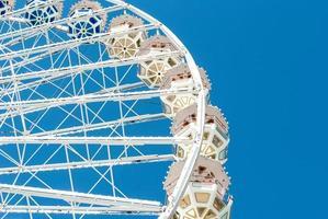 pariserhjul mot den blå himlen