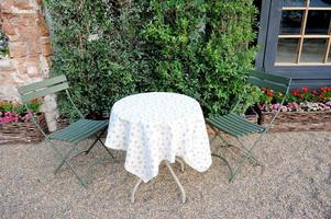engelska trädgårdsbord och stolar foto