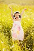 glad liten flicka på naturen foto