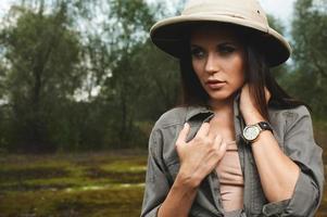 safari kvinna på morgonen träsket