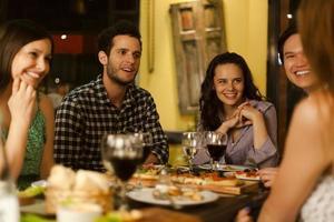 grupp vänner på en restaurang foto