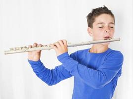 pojke med flöjt foto