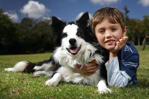 pojke och hund foto