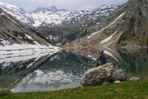 avkopplande vid sjön foto