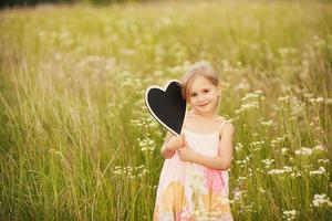 platta kärlek från liten flicka foto