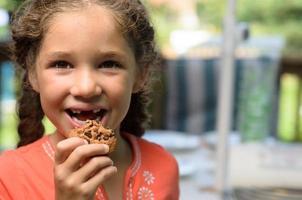 njuter av en cookie foto
