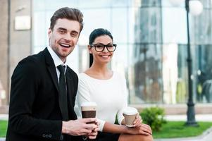 njuter av kaffepaus. foto