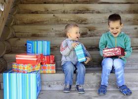 barn tycker om gåvor foto