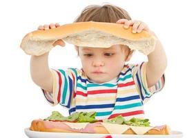 njuter av en smörgås foto
