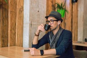 njuter av lite musik och kaffe foto