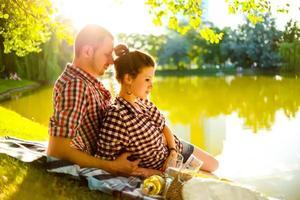 lyckliga par njuter av varandra foto