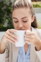 vacker affärskvinna njuter av ett kaffe foto