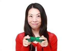 japansk kvinna njuter av ett videospel foto