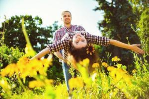 unga lyckliga par njuter av varandra foto